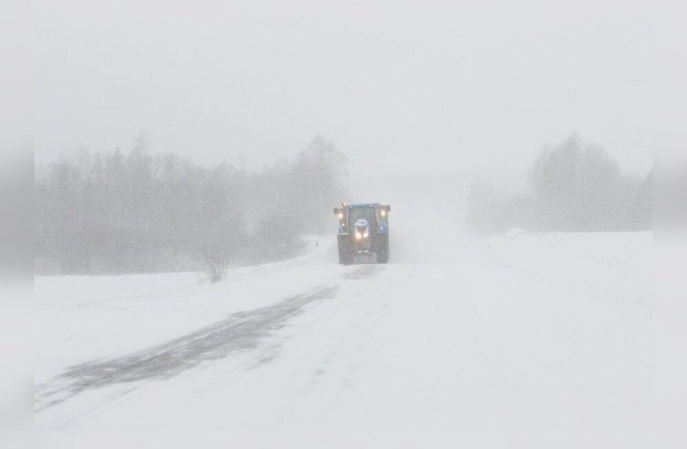Maanteedel on kohati lumevaalud