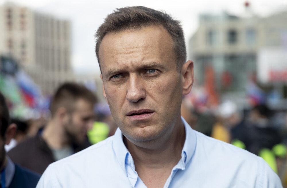 """""""Реально занимаемся спасением его жизни"""". Врачи стабилизировали состояние Алексея Навального, но он все еще в коме"""