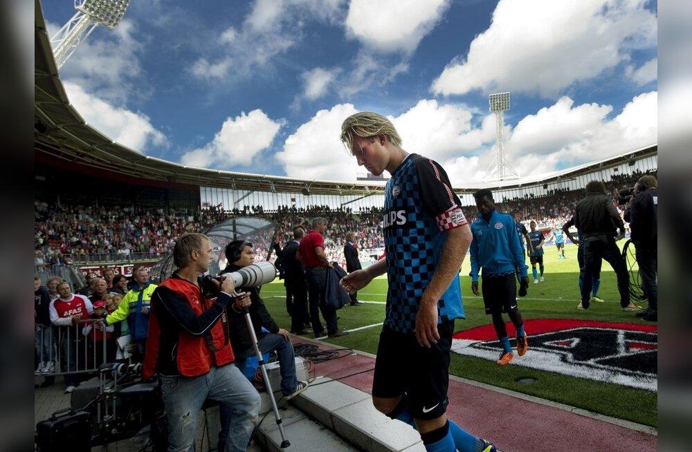 Pettunud PSV Eindhoveni mängijad lahkuvad väljakult, jalgpall