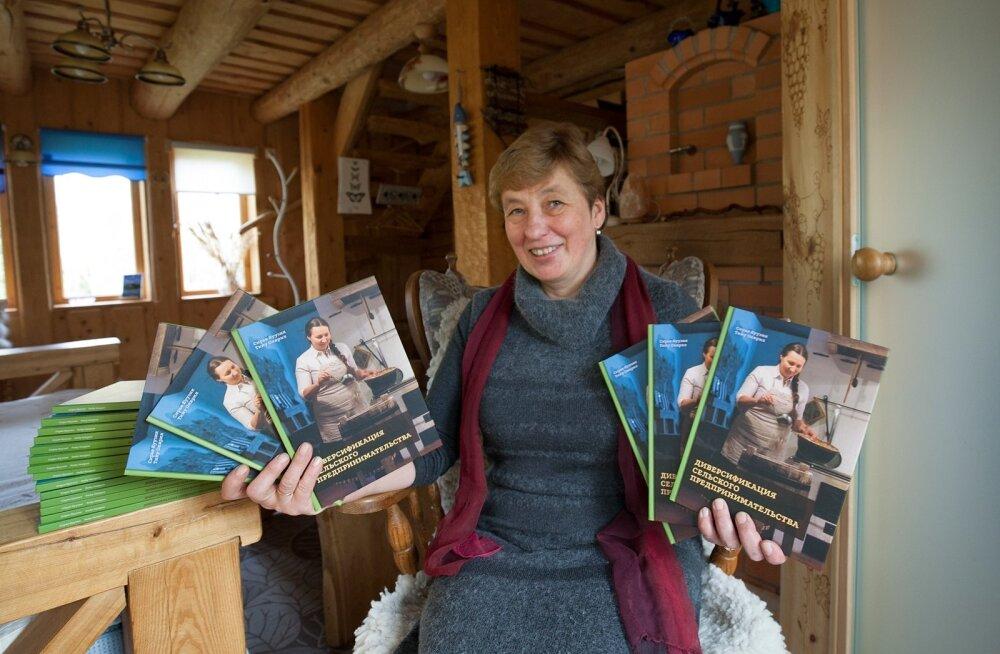Sirje Kuusik Kuusiku talus koos venekeelsete raamatutega enne nende Moldovasse saatmist