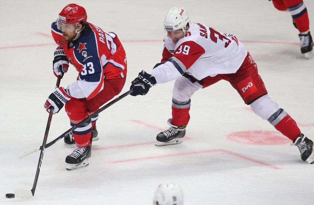 Moskva CSKA mängija Mihhail Pašnin (vasakul)