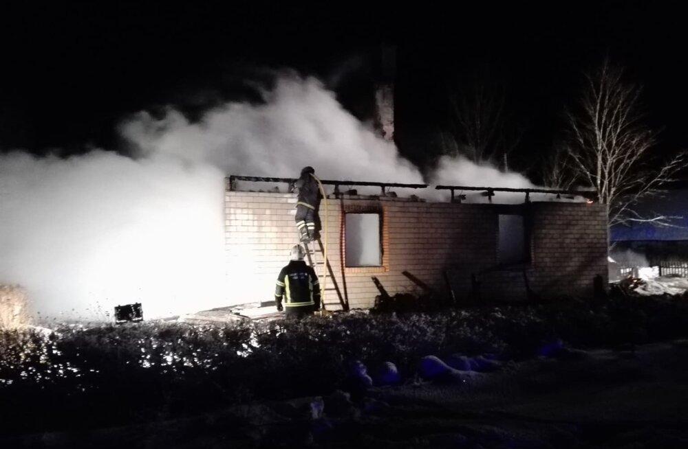 ФОТО: В Пярнумаа при пожаре погибла женщина