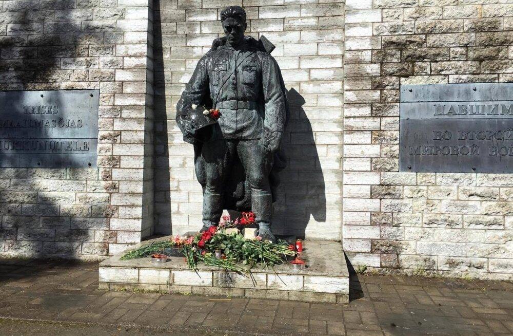 1947. aastal püstitati Tõnismäele pronkssõdur. Seal püsis ta 60 aastat, kuni suurte rahvarahutuste saatel maha võeti.