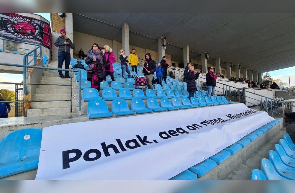 FOTO | Koondisemängu ukse taha jäänud Pohlaku lahkumist nõudev plakat keriti lahti Premium liiga matšil