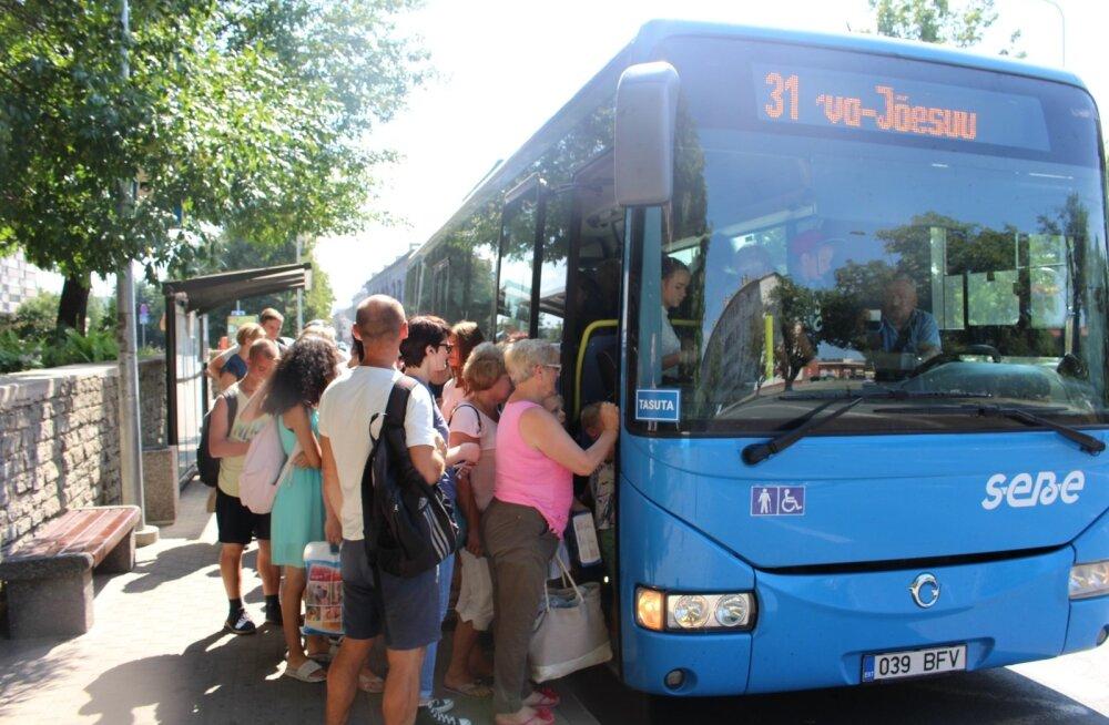 Tasuta ühistransport Ida-Virumaal: poole rohkem reisijaid, stressis bussijuhid ja räpased bussid