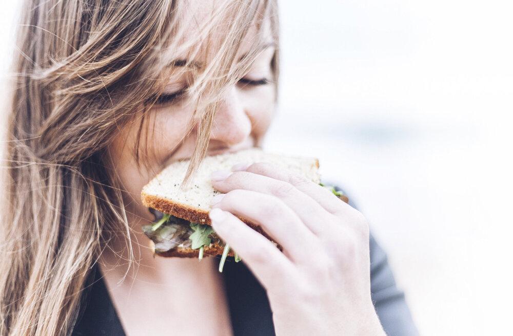 5000 kcal ühe söögikorraga, 7 korda päevas oksendamist, marraskil sõrmenukid, meeletu üksindus ... ja kuidas sellest august välja ronida. BULIIMIKU PIHTIMUS