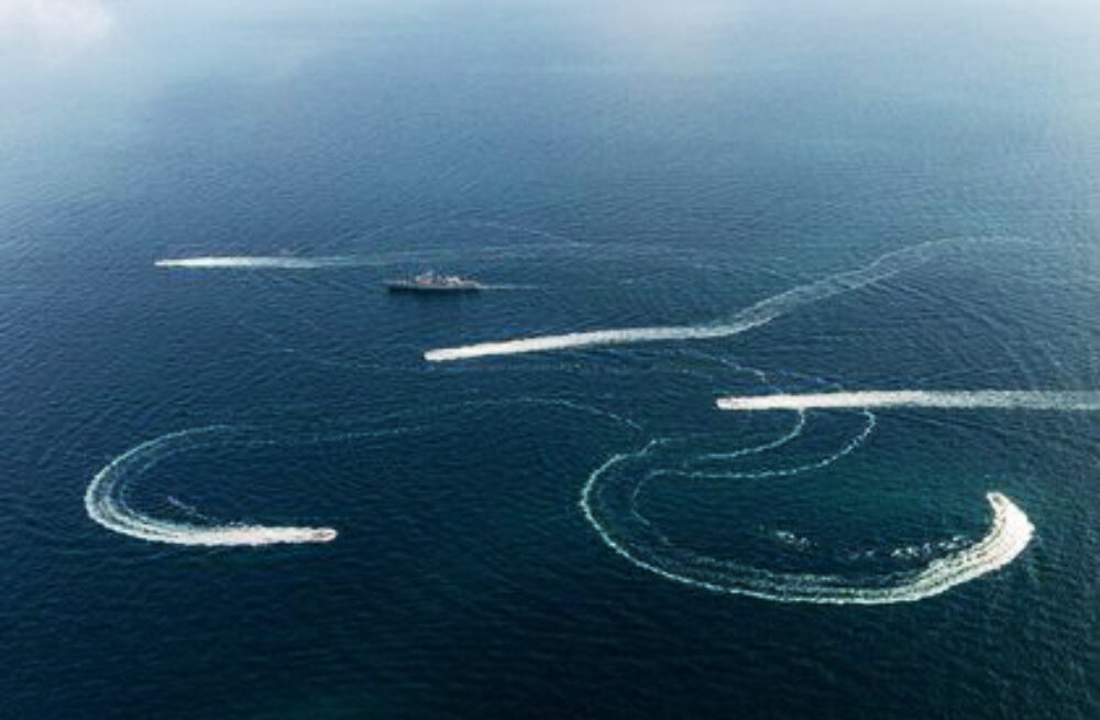 Российские пограничники погнались за отступающими украинскими кораблями. Украинцы утверждают, что на один из них переброшен российский спецназ
