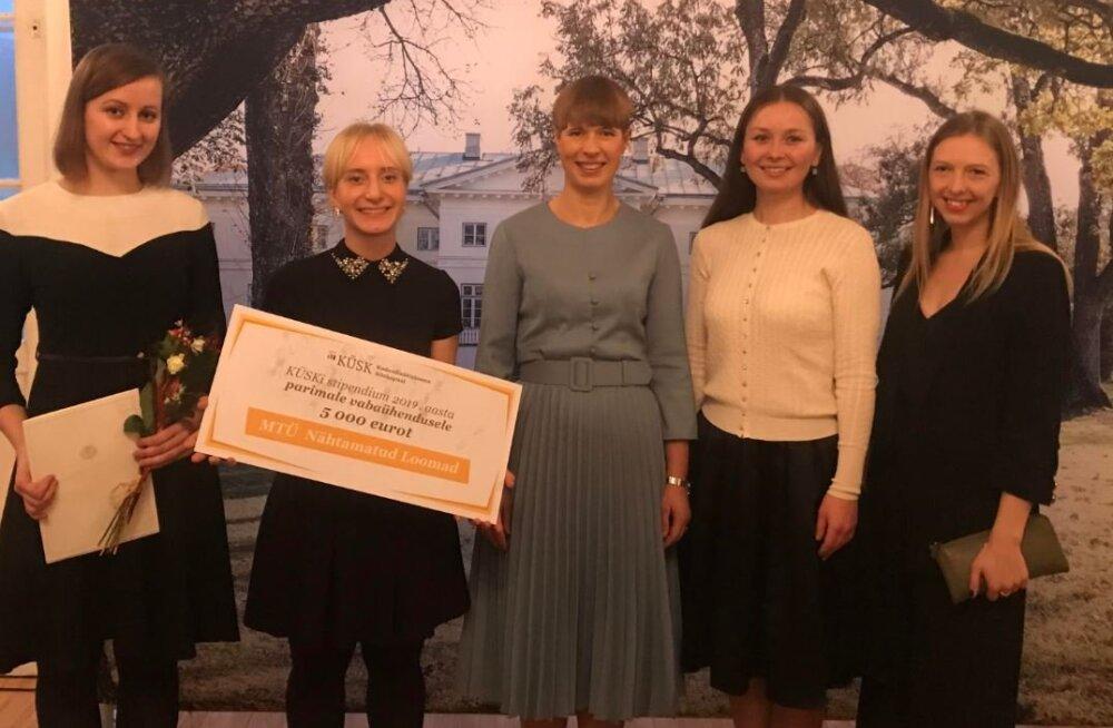President Kersti Kaljulaid ja vabaühenduse Nähtamatud Loomad liikmed