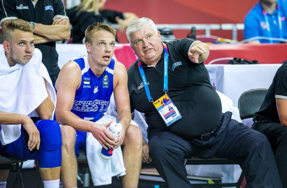 2015. aasta EM-il oli Andres Sõber Eesti korvpallikoondise abitreener. Pildil jagab ta õpetust Sten-Timmu Sokule, pingil istub ka Siim-Sander Vene.