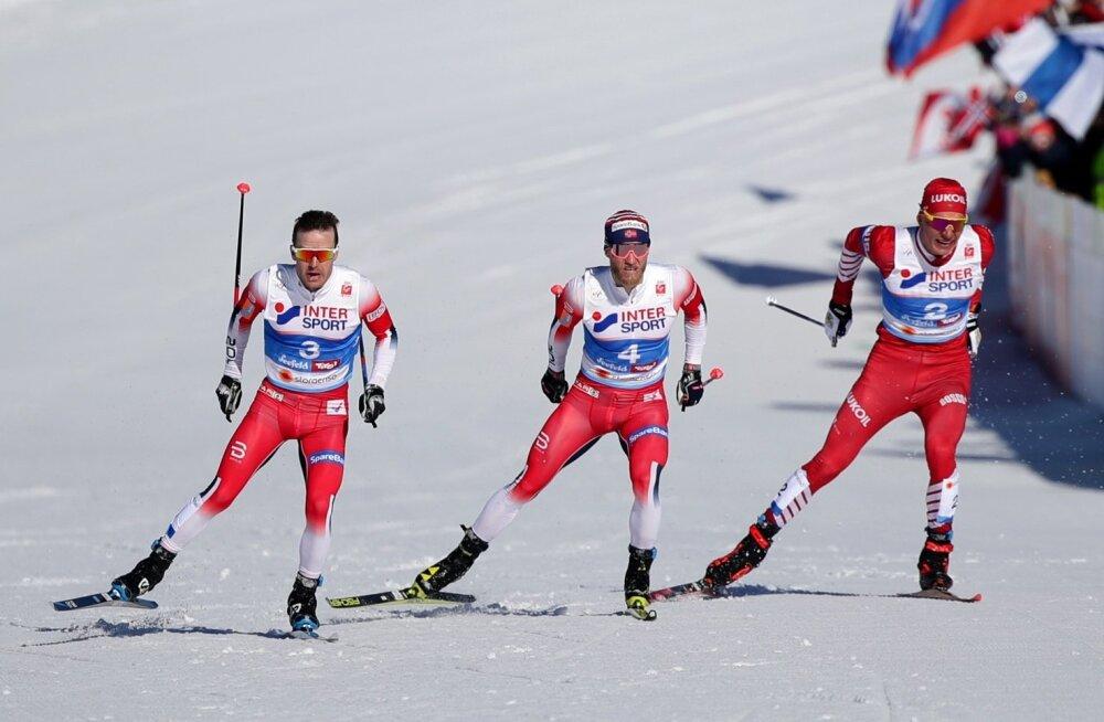 Sjur Röthe (vasakul) võitis finišisirgega kuldmedali, Martin Johnsrud Sundby (keskel) pidi leppima pronksiga ning hõbeda võitis Aleksandr Bolšunov.