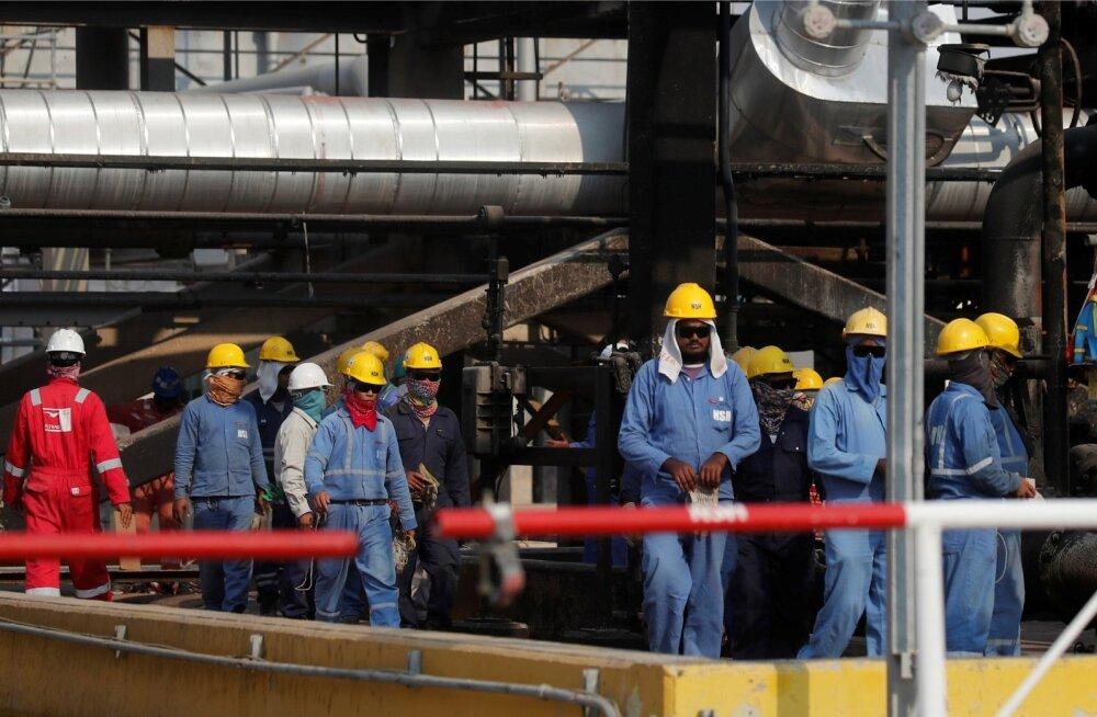 Töötajad Saudi Aramco naftatehases Abqaiqis.