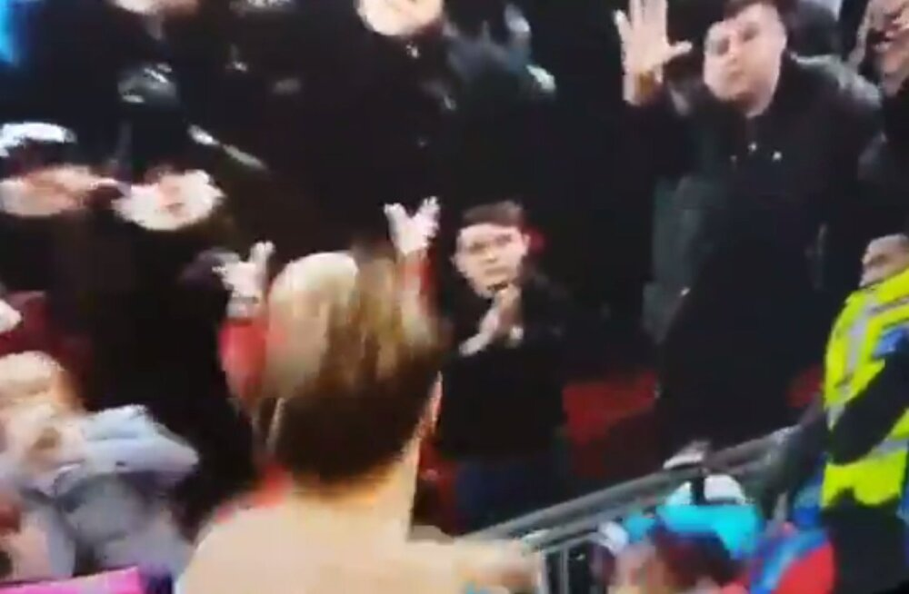 VIDEO | Karma! Väikese lapse eest vutimehe särki napsata üritanud mees lendas kaamerate ees uperkuuti