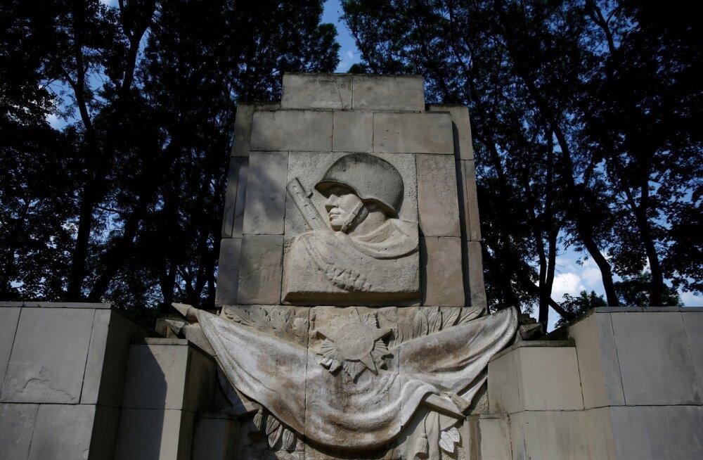 Vene ja Iisraeli parlamendid kutsuvad Euroopat hukka mõistma punaarmee monumentide mahavõtmise Poolas