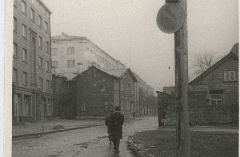 Vaade Kingissepa tänavale. Hästi näha, kui kitsas oli enne laiendamist 1970. aastate esimeses pooles tänane Liivalaia tänav