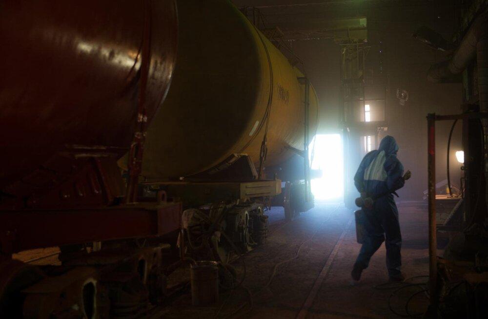Vanas värvi- ja pesutsehhis pole kütet ega ventilatsiooni ning sealses õhus hõljuvad tugevad tervist kahjustavad kemikaaliaurud.