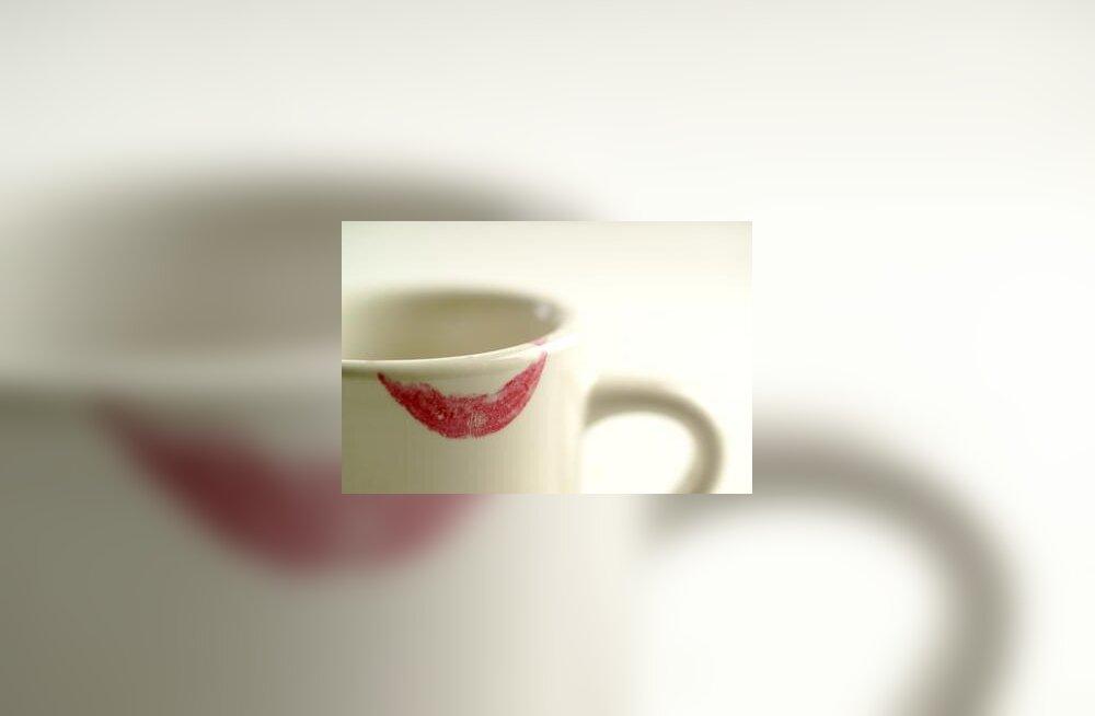 Suudlus kohvitassil