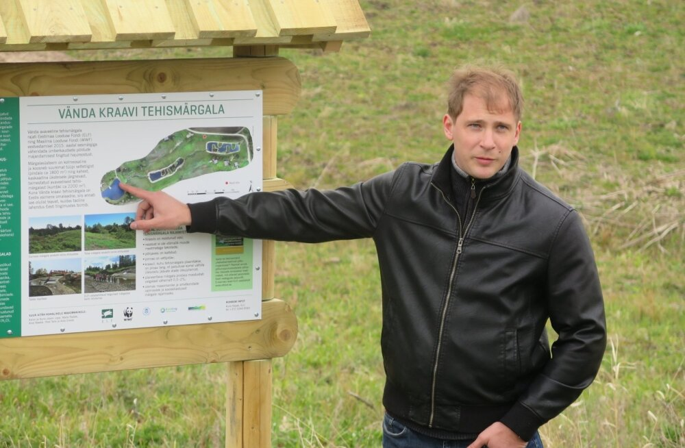 Tehismärgala projekti ja rajamise juht Kuno Kasak selgitab märgala töötamise põhimõtteid.