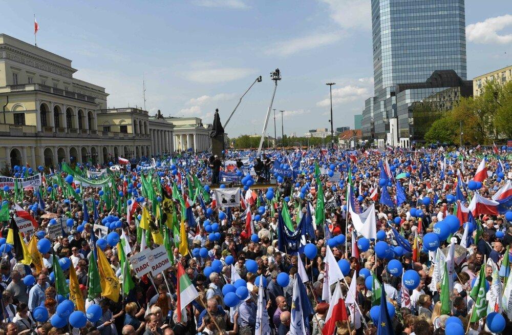 """Laupäeval kogunesid tuhanded inimesed Vabaduse marsile (""""March of Freedom""""), et avaldada meelt võimupartei PiS vastu. Esimest korda üle pika aja on PiS-i reiting opositsioonipartei omast madalam."""