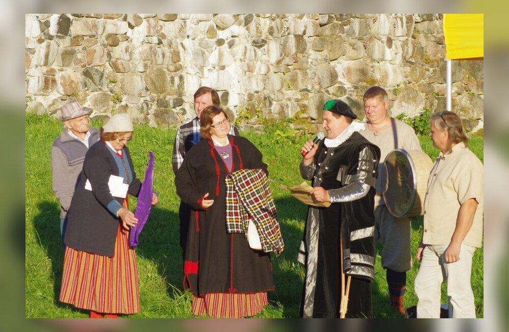 Meefestivali avamisel esimene ordumeister Indrek Palu ja päeva juht Anti Kreem koos külavanematega. Foto: Kai Kannistu