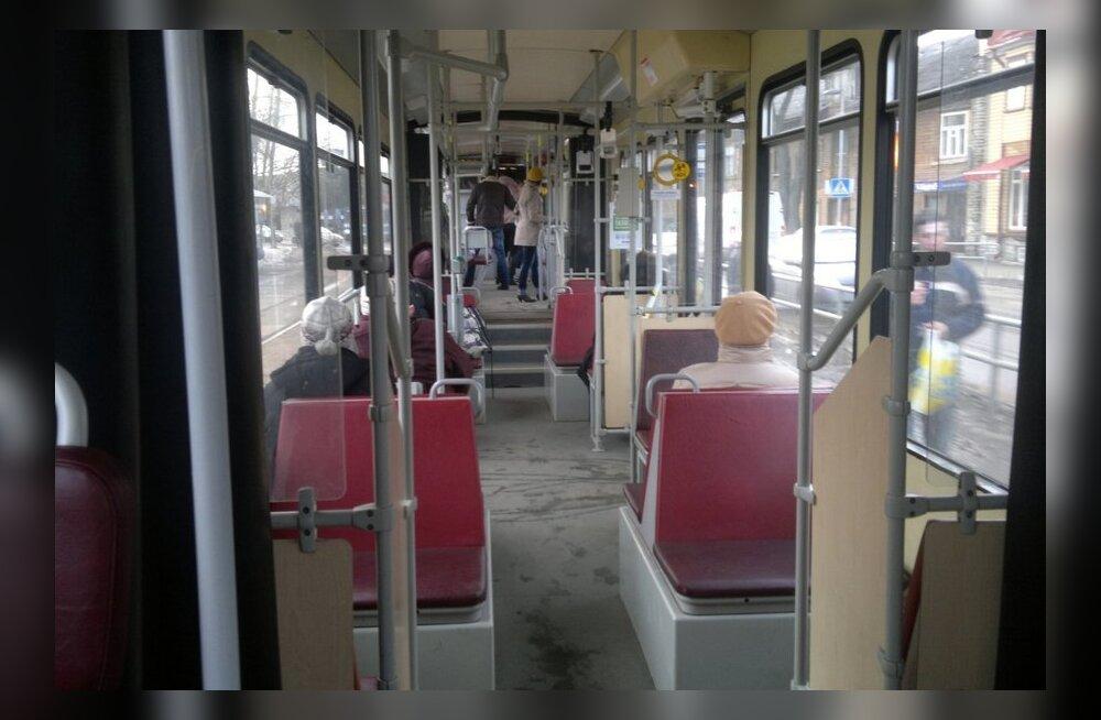 Turvamehed on trammidest välja tõstnud 125 inimest