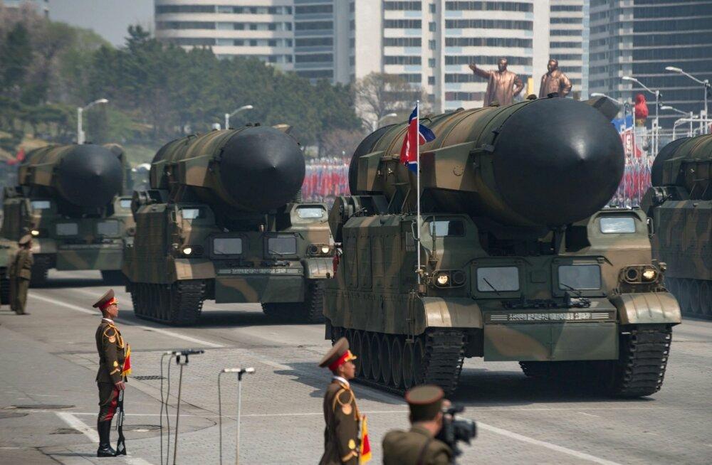 Põhja-Korea näitas laupäeval riigi asutaja Kim Il-sungi 105. sünniaastapäevale pühendatud paraadil ka uusi kaugmaa- ja allveelaevadele paigutatavaid rakette.