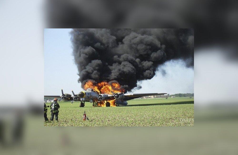 Vana pommitaja tuleleekides. Foto: Bob Mudra, AP