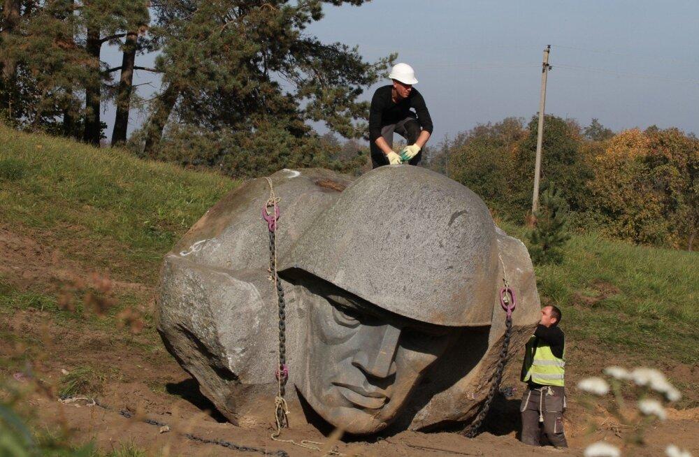 ВИДЕО: В Литве демонтировали скульптуру советского солдата и увезли ее в Грутский парк