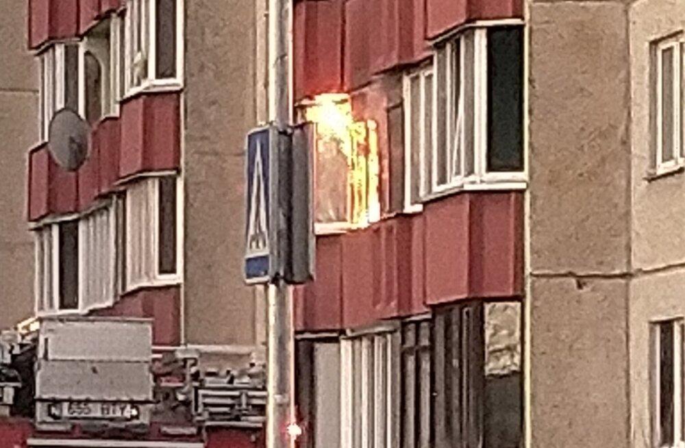 FOTO | Lasnamäel põleb korter, kaks inimest said kannatada