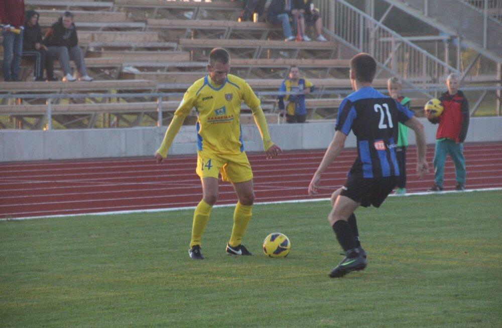 Seni FC Kuressaare särki kandnud Ott Torni (vasakul) mängud jalgpalliväljakul on peatrauma tõttu nüüdseks mängitud.