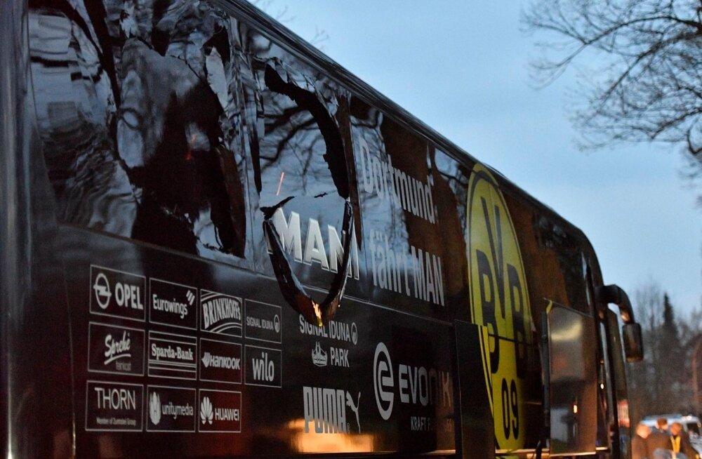 Dortmundi Borussia lõhutud aknaga buss üleeilsel karmil õhtul