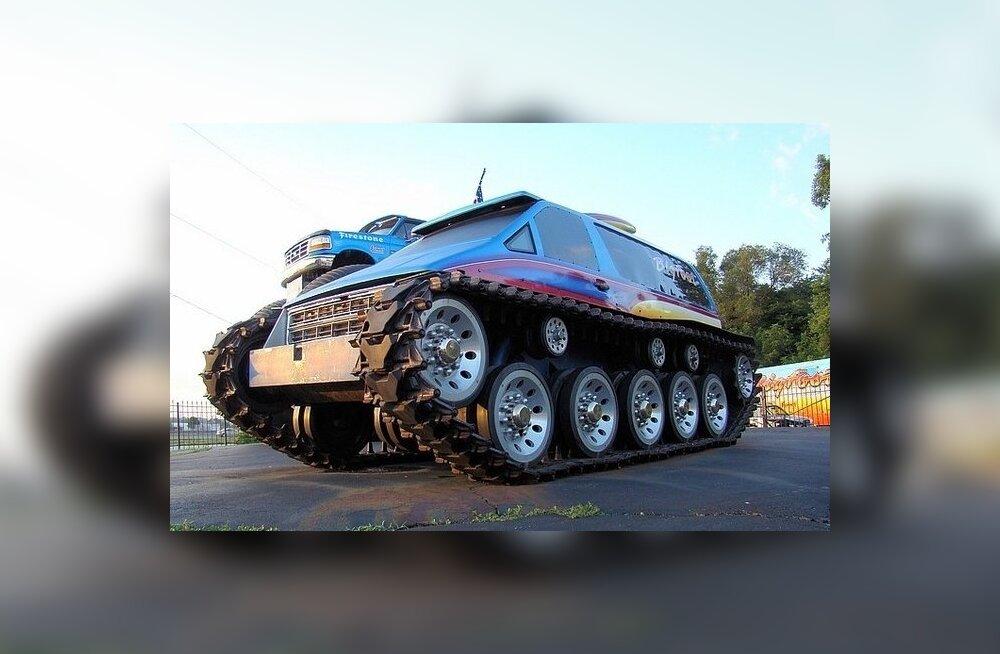 Roomikutega mikrobuss-tank Fasttrax kannab topeltülelaadimisega V8