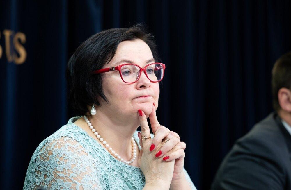SÕIDAB RELVASTATUD AUTOJUHIGA: Siseminister Katri Raik.