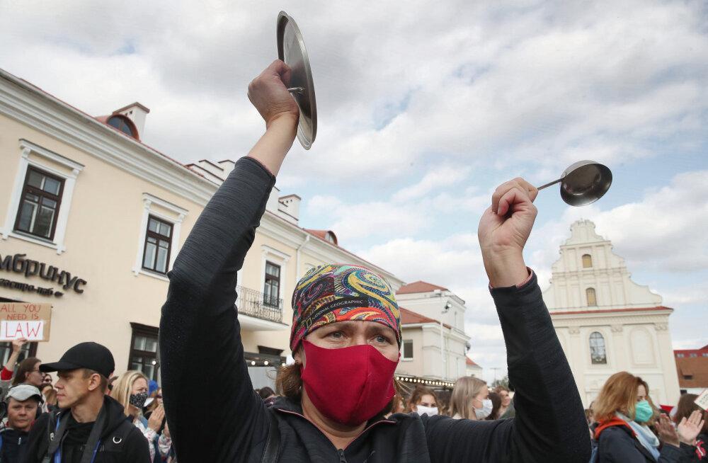 """В Минске на площади Свободы задержаны несколько десятков участниц """"женского марша"""""""