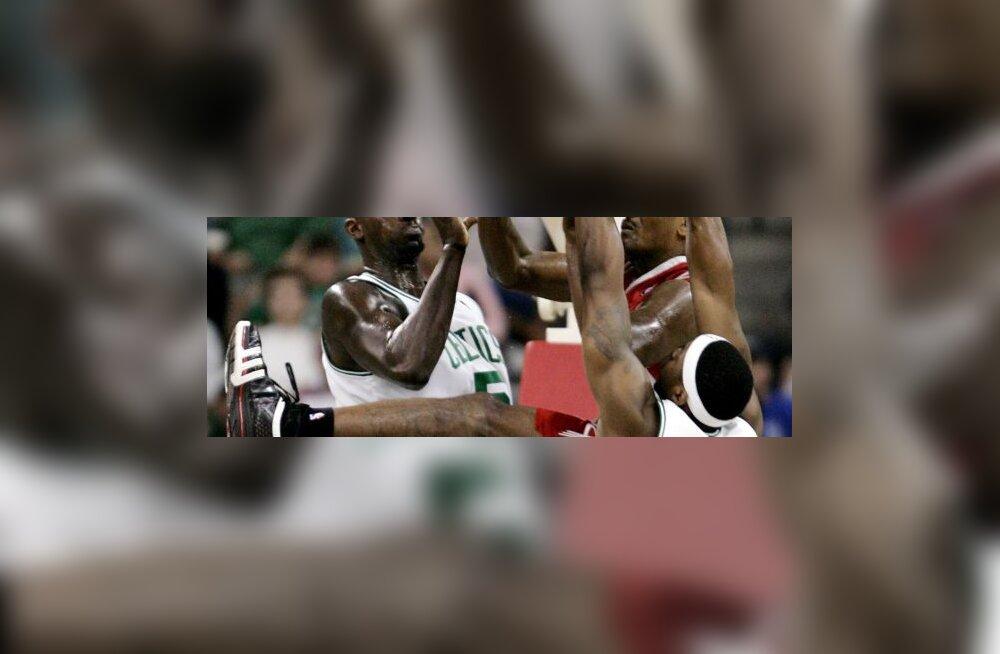 Houston Rocketsi Ron Artest võitluses Celticsi Kevin Garnetti ja Bill Walkeriga