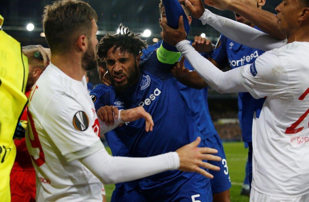 Evertoni (sinises) ning Lyoni mängijad asusid väljakul kähmlema.