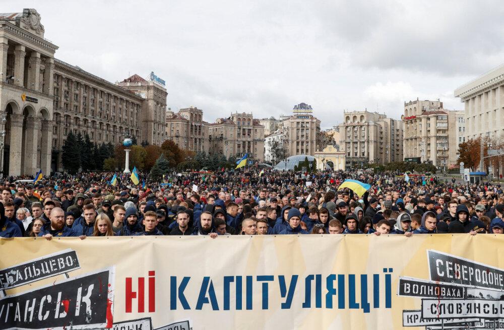 """В Киеве тысячи людей протестуют против """"формулы Штайнмайера"""""""