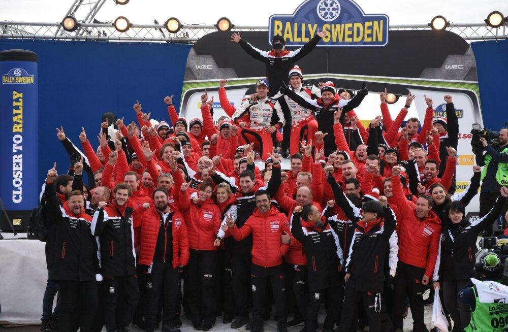 Ott Tänak ja Martin Järveoja koos kogu Toyota tiimiga Rootsi ralli võitu tähistamas.