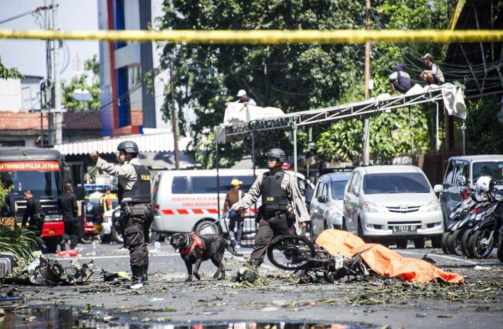 ФОТО: Террористы атаковали христианские церкви в Индонезии, есть погибшие