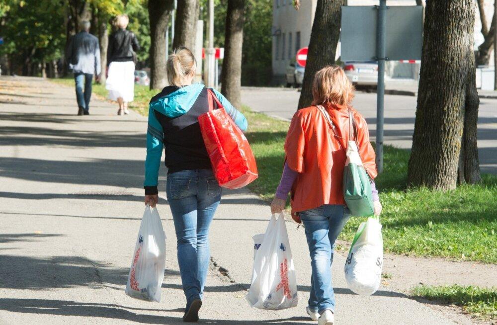 Nooremad narvalased püüavad lisateenistust leida peeamiselt tarbekaupu n-ö isikikuks tarbimiseks üle piiri vedades.