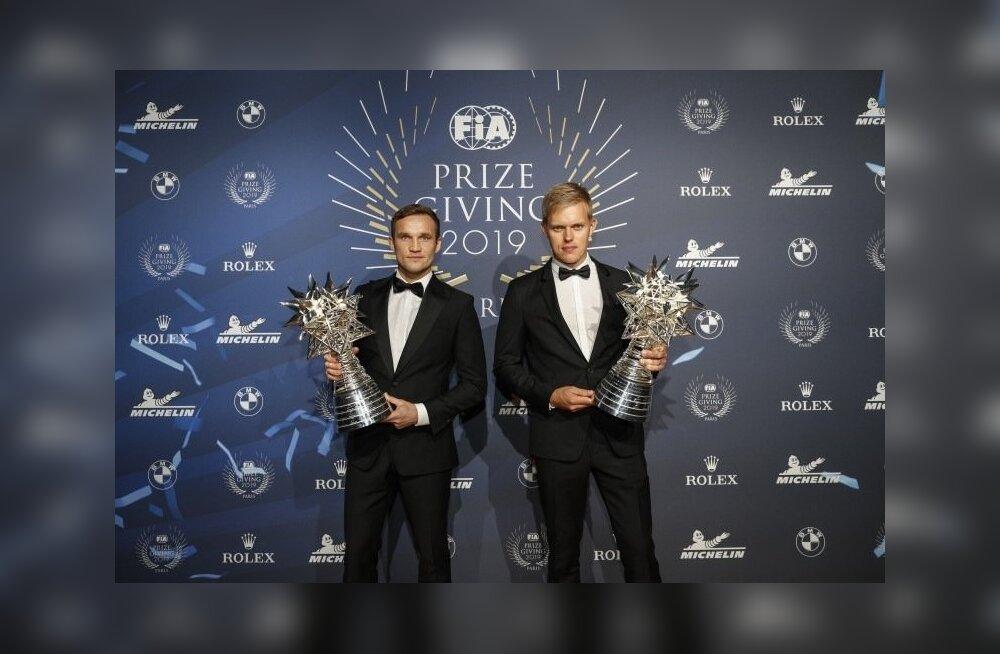 Ott Tänak ja Martin Järveoja maailmameistrite karikatega.