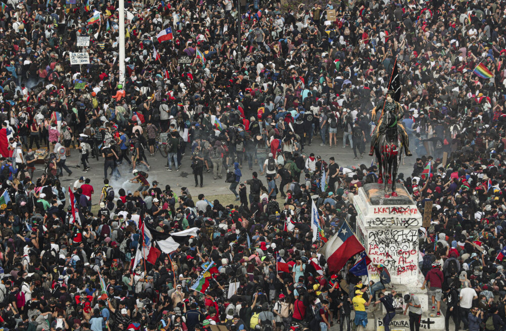 VIDEO | Tšiili pealinna raputasid üheaegselt hiigelmeeleavaldus ja tugev maavärin