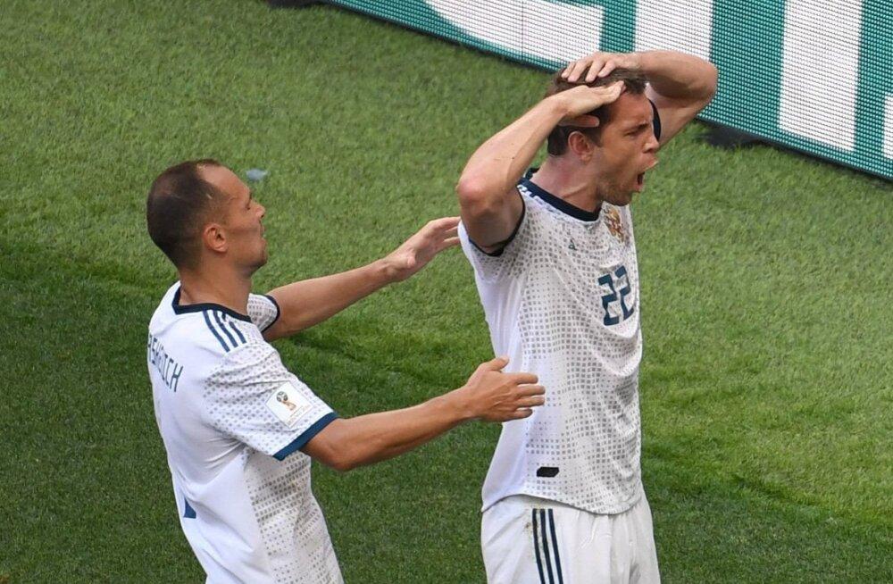 Venemaa jalgpallikoondislased väravat tähistamas.