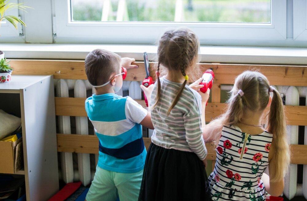 Suur osa vanematest jätab lapsed lasteaiast koju. Omavalitsused on valmis hoiu tagama neile, kel seda võimalust pole