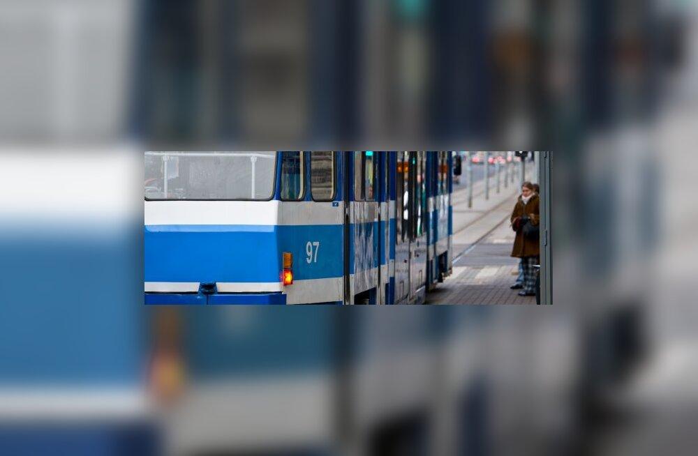 Vineeri peatuses sõitis BMW trammile sisse