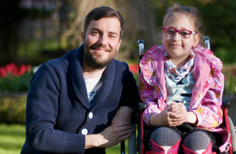Haiguse tõttu ratastooli jäänud tüdruk vajab kõndimasaamiseks annetajate tuge