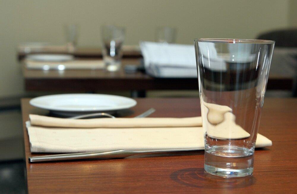 toidukoht, klaas, söögiriistad