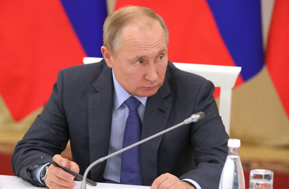 Putin allkirjastas meediaväljaannetest ja füüsilistest isikutest välisagentide seaduse