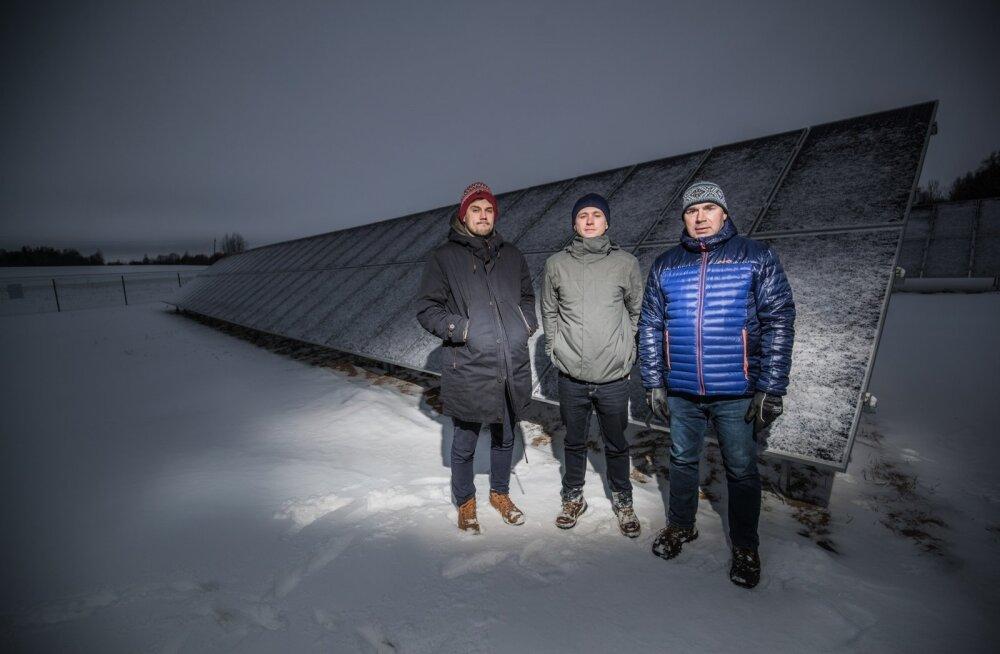 Kaspar Veskus, Criss Uudam ja Madis Ajaots ootavad päikest, mis paneks nende selja taha jäävad paneelid elektrit tootma.