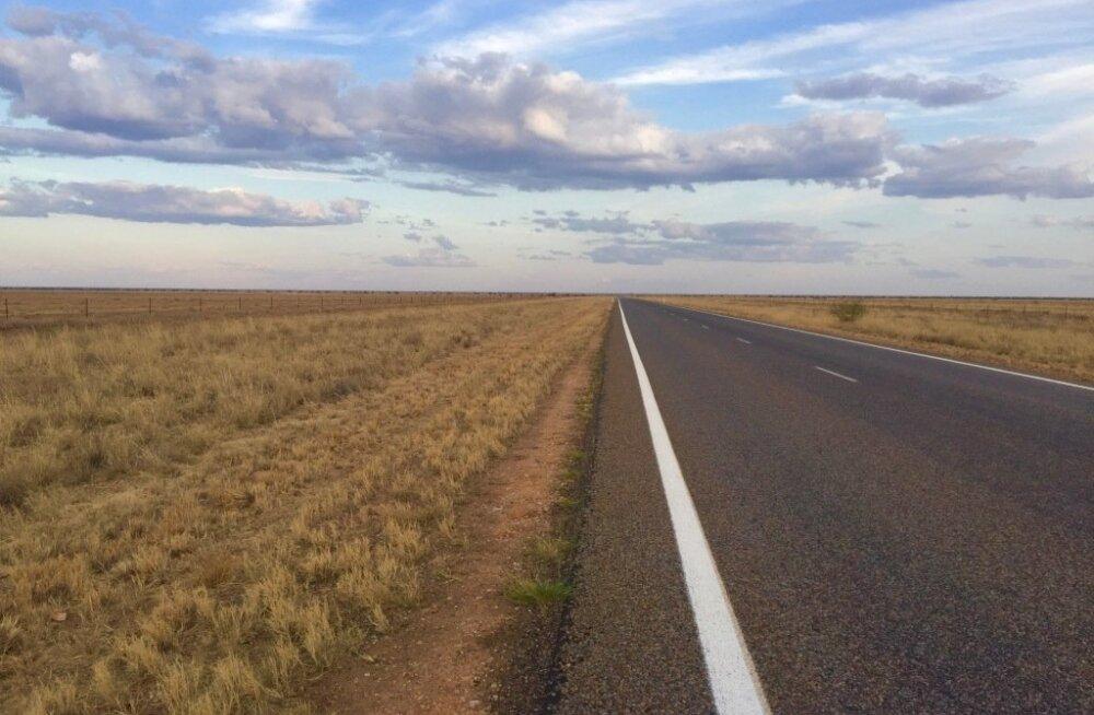 Tee kaob silmapiiri taha ja mitmesaja kilomeetri ulatuses pole mitte midagi, mis maapinnast kõrgemale ulatuks. Kui tee äärde satub karjamaa, siis muidugi saadavad möödasõitjat veiste või kaamelite pilgud.