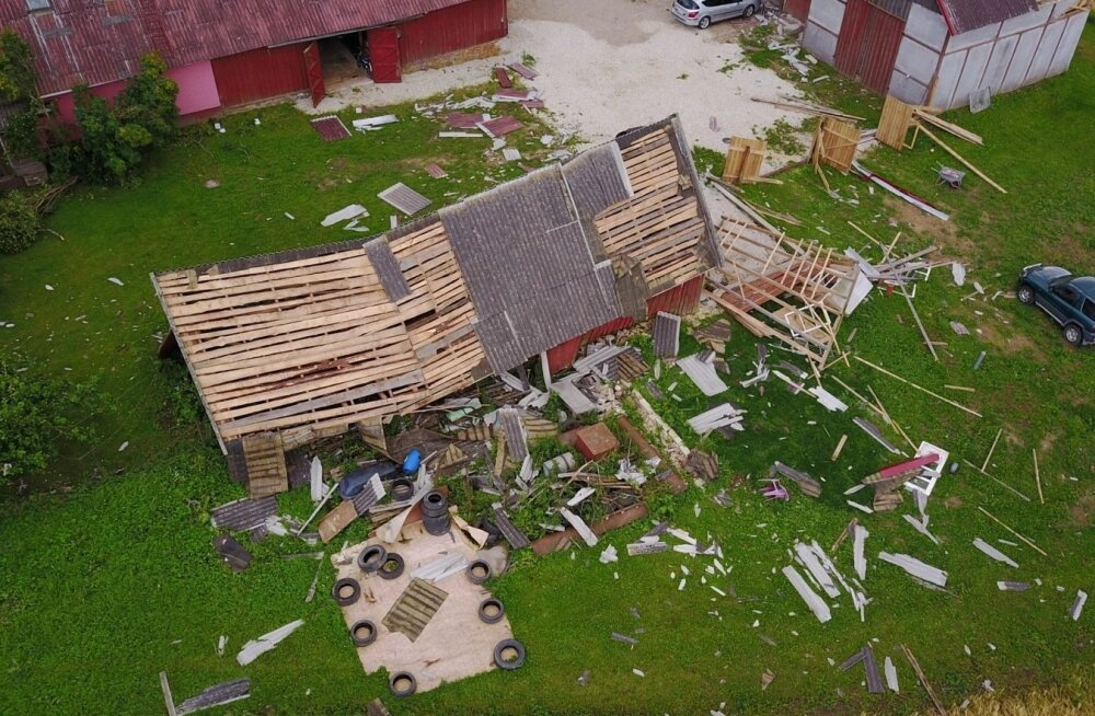 ФОТО и ВИДЕО: Апокалипсис в Ярвамаа: шторм снес крыши домов и повалил деревья